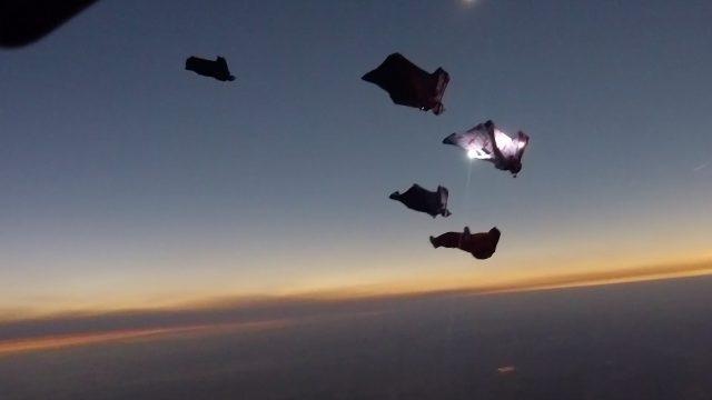 Wingsuit lors d'une éclipse totale